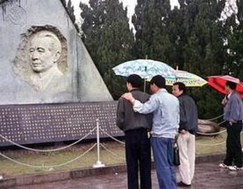 У места захоронения Ху Яобана, бывшего ком. лидера - сторонника реформ в провинции Цзяньсы - вечером перед 20 годовщиной смерти. Фото: AFP / Getty Images