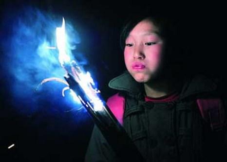 Чтобы не опоздать на уроки им приходится  затемно выходить из дома и факелами из бамбука освещать дорогу себе.Фото: kanzhongguo.com