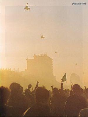 21 мая 1989 г. Студенты машут знамёнами и транспарантами пролетающим над ними военным вертолётам. Фото с 64memo.com