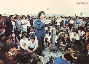 26 мая 1989 г. На площади студенты провели свободный форум, на котором также был оглашен план их акций протеста. Фото с 64memo.com