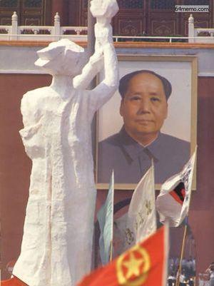 1 июня 1989 г. Статуя Свободы и портрет Мао расположены друг напротив друга, олицетворяя борьбу демократии и диктатуры. Фото с 64memo.com