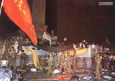 4 июня 1989 г. Кровавое подавление студентов. Фото с 64memo.com 4 июня 1989 г. Кровавое подавление студентов. Фото с 64memo.com