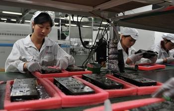 Организации по защите окружающей среды обвиняют заводы-поставщики компании Apple в нарушении техники безопасности на производстве. Фото: VOISHMEL/AFP/Getty Images