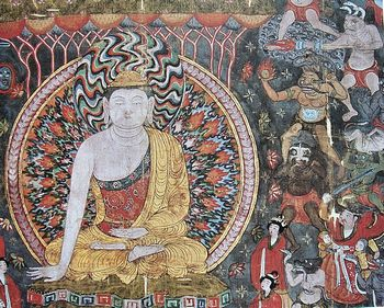 Изобретения древнего Китая: наиболее раннее художественное изображение порохового оружия, эпоха пяти династий и десяти царств (907—960 гг. н. э.). На картине изображено, как Мара тщетно пытается соблазнить Будду: в верхней части демоны угрожают Будде огненным копьем и другим оружием, тогда как демоны в нижней части обольщают его удовольствиями.
