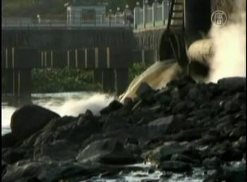 Сточные токсичные воды заводов текстильной промышленности в Китае сливают прямо в реки. Фото с ролика NTD