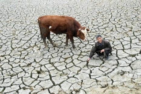 В Китае уезде Кайян провинции Гуйчжоу высох последний источник воды – водоём Вэнцин. 14 марта 2010 год. Фото с epochtimes.com