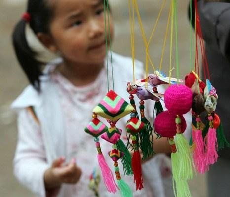 Мешочки с благоухающими целебными травами, которые взрослые дарят детям на праздник Дуань-у. Фото: China Photos/Getty Images