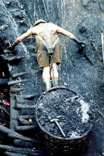 Китай. Безудержное стремление китайских  угольнодобывающих  компаний к сверхприбылям приводит к многочисленным жертвам рабочих в шахтах.
