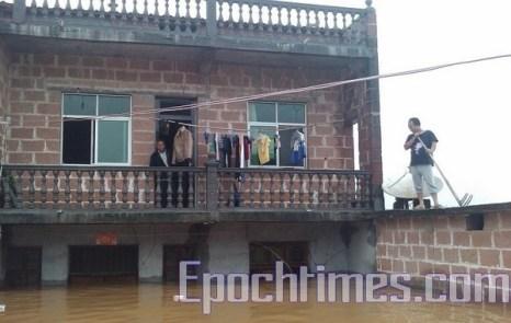 Люди ожидают спасения. Провинция Цзянси. Фото с epochtimes.com