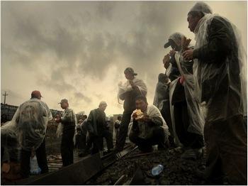 Крестьяне-мигранты в Китае вынуждены работать по 12-16 часов в день в плохих условиях и за низкую плату. Фото: Чен Шаохуа