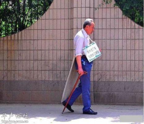Пожилой человек с плакатом о продаже себя в качестве слуги. Фото с secretchina.com