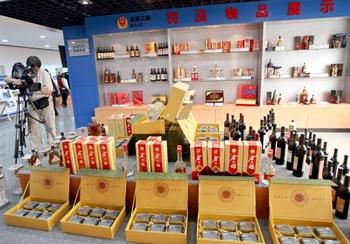 Пекинский Центр по контролю за качеством продуктов питания демонстрирует фальшивое вино, произведённое в Китае. Фото: TEH ENG KOON/AFP/Getty Images