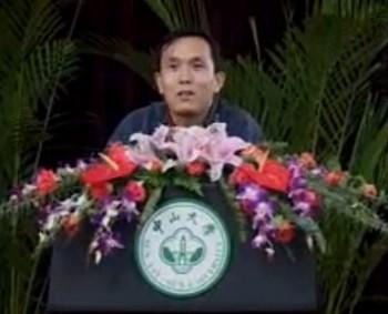 Профессор Чжан Фэнцянь читает лекцию в Университете имени Сунь Ятсена. Фото: tudou.com