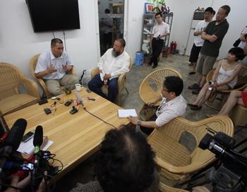 Ай Вэйвэй и адвокат Пу Чжицян на пресс-конференции после того как его не допустили на судебный процесс 20 июня 2012 года. Фото: Ed Jones/AFP/GettyImages