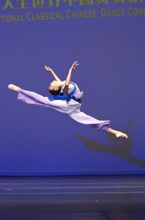 Анджелия Ван, победительница в юниорской категории на Международном конкурсе китайского классического танца, организованного телевидением NTD в 2010 г., исполняет танец «Пробуждение весны». Фото: Дай Бин/Великая Эпоха