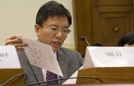 Ли Хай держит копию ходатайства с подписями и отпечатками пальцев китайских крестьян, требующих освобождения последователя Фалуньгун. Фото:Великая Эпоха
