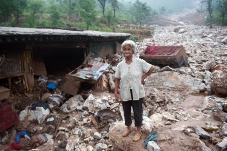 Пожилая женщина стоит у разрушенного дома. 26 июля сильнейший за 60 лет ливень обрушился на Пекин, оставив без крова десятки тысяч людей. Фото: AFP/GettyImages