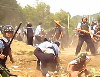 Полиция вместе с нанятыми бандитами набросилась на сельских жителей в уезде Яншань, провинции Гуандун, 12 июля 2012 года. Фото с сайта theepochtimes.com