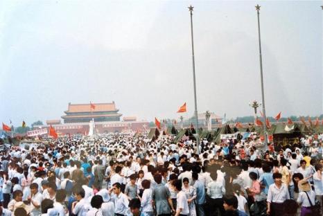 Тысячи людей собрались на площади во второй половине дня 3 июня, перед насильственным разгоном демонстрации. Фото предоставил Джон Шакмэн