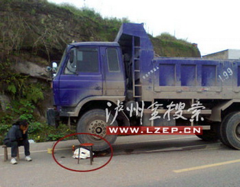 Сюн Маоке попал под грузовик, когда он шёл домой из детского сада. Фото с сайта theepochtimes.com