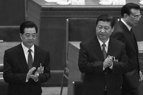 Китайский премьер Ли Кэцян (справа) проходит мимо бывшего руководителя партии Ху Цзиньтао (слева) и вновь избранного лидера Си Цзиньпина (посередине) на закрытии сессии Всекитайского собрания народных представителей (ВСНП) в Пекине 17 марта 2013 года. Си и Ли являются одними из высших должностных лиц, которых просят обнародовать свои активы в рамках новой антикоррупционной программы. Фото: Feng Li/Getty Images