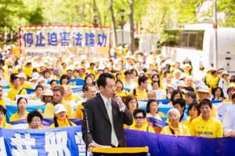 Байцяо Тан, председатель организации «Мирный Китай» и известный китайский диссидент, выступает на митинге с призывом прекратить преследования Фалуньгун в Китае перед зданием Организации Объединённых Наций, Нью-Йорк, 17 мая 2013 года. Фото: Edward Dai/The Epoch Times