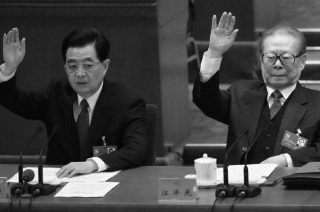 Уходящий глава коммунистической партии Китая Ху Цзиньтао (слева) и бывший глава партии Цзян Цзэминь (справа) голосуют «за» на заключительном заседании XVIII съезда компартии 14 ноября 2012 года, Пекин, Китай. Фото: Feng Li/Getty Images