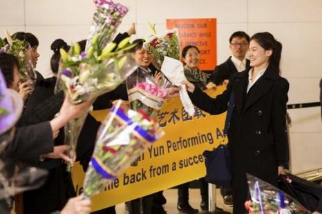 Shen Yun Performing Arts в Нью-Йорке. Компанию приветствовали поклонники дома, в аэропорту Ньюарк в Нью-Джерси, после успешного европейского турне 15 апреля 2013 года. Фото: Эдвард Дай/Великая Эпоха (The Epoch Times)