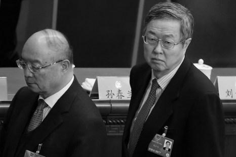 Бывший глава Банка развития Китая Чэнь Юань (слева) и Чжоу Сяочуань (справа), недавно назначенный заместителем председателя Народного политического консультативного совета Китая (НПКСК), на закрытии ежегодной сессии НПКСК, Пекин, 12 марта 2013 года. Существует предположение, что Чэнь был переведён в другой банк из-за его связей с опальным бывшим членом Политбюро Бо Силаем. Фото: Feng Li/Getty Images