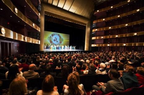 Труппа Shen Yun Performing Arts в Нью-Йорке в театре Девида Х. Коха в Линкольн-центре, 20 апреля. Фото: Dai Bing/The Epoch Times