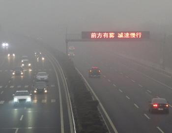 Смог покрывает автостраду Пекина, 17 марта 2012 года. Более 400 рейсов прибывающих и вылетающих из аэропорта Пекина, в том числе около 35 международных, были отменены или задержаны. Фото: STR/AFP/Getty Images