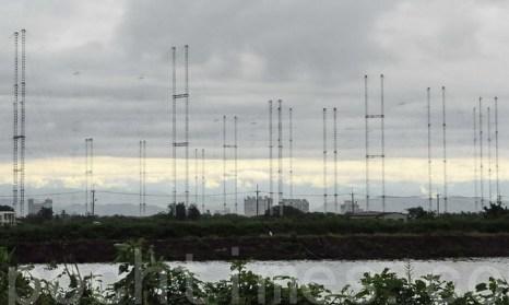 Подстанция Международного радио Тайваня (МРТ) в Тяньме имеет 20 антенн, каждая из которых высотой 75 метров. МРТ планирует закрыть свои подстанции и прекратить контракты с радио «Голос Надежды» и радио «Свободная Азия», которые вещают новости без цензуры на материк. Фото: Li Yuan/The Epoch Times