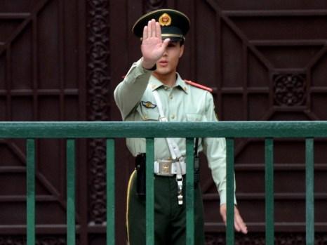 Китайская военизированная охрана возле северокорейского посольства в Пекине. Применение строгих мер против северокорейских беженцев является частью широкой кампании, направленной против иностранцев. Фото: Mark Ralston/AFP/GettyImages