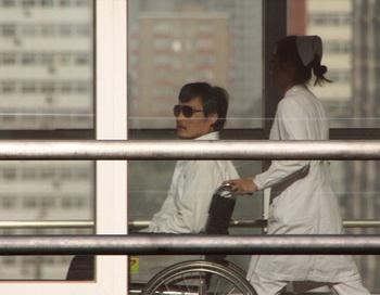 Китайский активист Чэнь Гуанчэн в больнице «Чаоян» в Пекине, 2 мая 2012 года. Он согласился покинуть посольство США после того, как китайский режим пообещал ему безопасность. Фото: Jordan Pouille/AFP/GettyImages