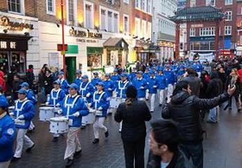 Выступление Европейского Небесного оркестра привлекает внимание прохожих. . Фото: Великая Эпоха (The Epoch Times)