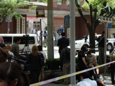 Чэнь Гуанчэн по-прежнему находится под надзором в больнице Чаоян в Пекине. К нему не допускают ни друзей, ни официальных лиц США, и не позволяют выходить из своей палаты. Корреспонденты многих СМИ собрались у больницы. Фото (The Epoch Times)