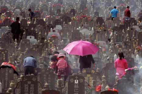 Пока одни китайцы традиционно отдают дань уважения усопшим, другие, слишком занятые, пользуются для этого услугами предприятий. На фото показано кладбище в городе Цзинцзян, провинции Фуцзянь. Фото: AFP/Getty Images