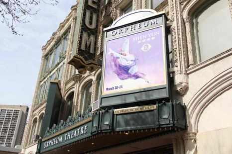 Рекламная афиша Shen Yun Performing Arts в SHN Orpheum Theatre в Сан-Франциско 19 марта 2013 года. Фото: Christian Watjen / The Epoch Times.