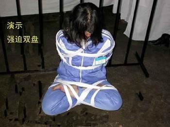 Инсценировка пытки «связывание в позиции лотоса», применяемой к сторонникам Фалуньгун в Китае. Фото: minghui.org