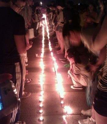 Люди скорбят о погибших в железнодорожной катастрофе. Город Вэньчжоу. Июль 2011 год. Фото с epochtimes.com