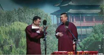 На снимке Ван (слева) вместе с Чжаном (справа), выступают с сатирическим номером, высмеивая коммунистические власти. Фото: The Epoch Times
