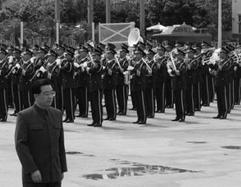 Председатель КНР Ху Цзиньтао осматривает гарнизон Народно-освободительной армии во время визита на военно-морскую базу в Гонконге 30 июня 2007 года. Фото: Mike Clarke-Pool/Getty Images