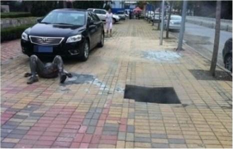 Мужчина упал в яму на тротуаре, заполненную горячей водой, в результате получил ожоги 65%. Фото: epochtimes.com