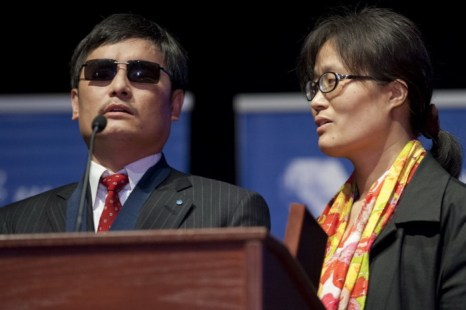 Китайский активист, адвокат Чэнь Гуанчэн рядом с женой Юань Вэйцзин после получения премии по правам человека Тома Лантоса, Вашингтон, 29 января 2013 года. Члены конгресса США отреагировали на просьбы Чэня о помощи в прекращении преследования его родственников в Китае. Фото: Saul Loeb/AFP/Getty Images