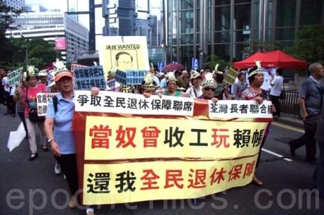 В этом году десятки групп  по гражданским правам в Гонконге   1 июля организовали демонстрацию протеста. В акции   участвовали  21,8 млн.  человек. Фото: Songxiang Long / The Epoch Times.