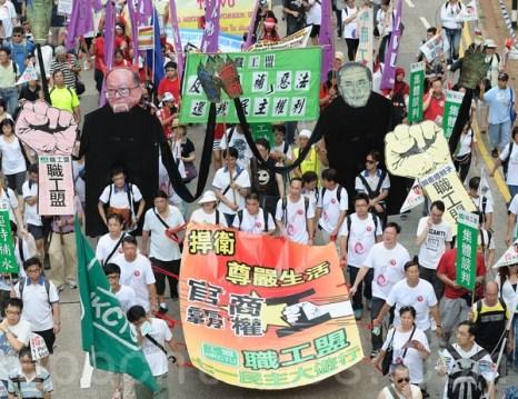 Иностранные граждане на демонстрации.   Фото: Пан Цзинь Мост / The Epoch Times