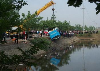 В Китае автобус с пассажирами упал в водоем. Фото:AFP