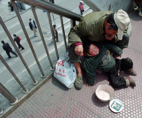 Некоторые «нищие» в Китае «зарабатывают» в несколько раз больше рабочих. Фото: Photo by Getty Images