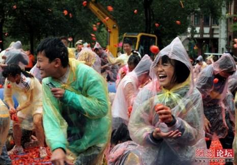 Томатная война. Город Чанша провинции Хунань. Октябрь 2011 год. Фото с kanzhongguo.com