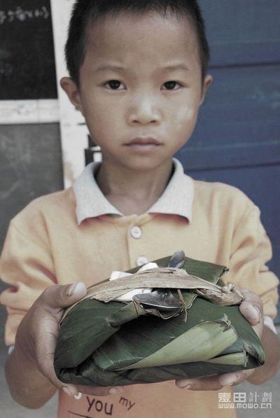Обед, завернутый в большой лист дерева, зачастую на двоих детей. Школьники бедных районов Китая. 2011 год. Фото с epochtimes.com